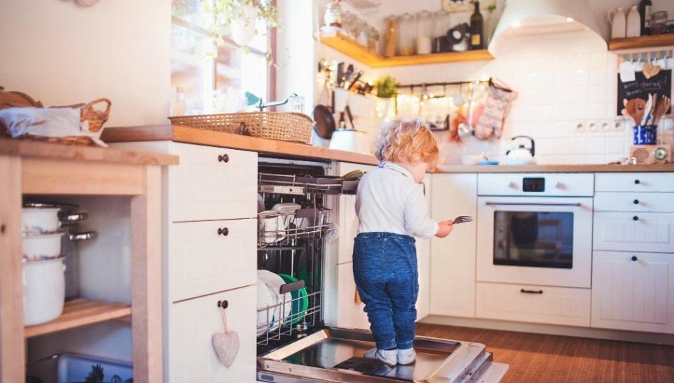 bambino sulla lavastoviglie