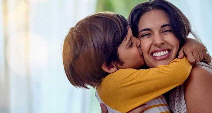 bambino abbraccia mamma