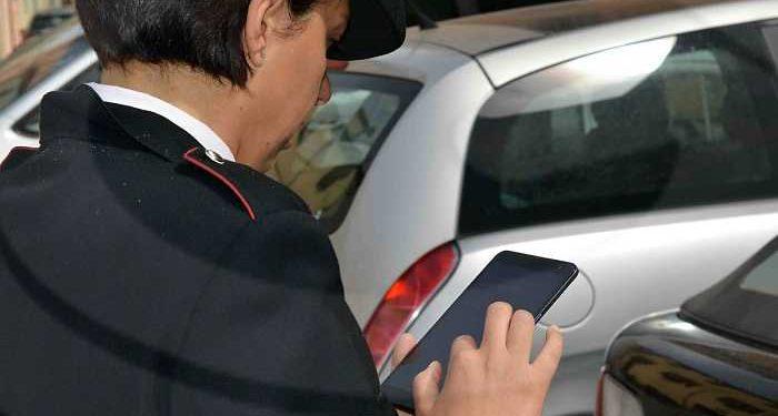 vigile controlla auto