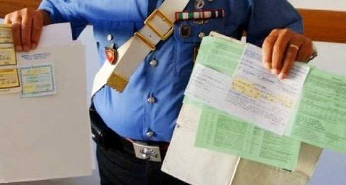 carabiniere fa vedere assicurazioni fasulle