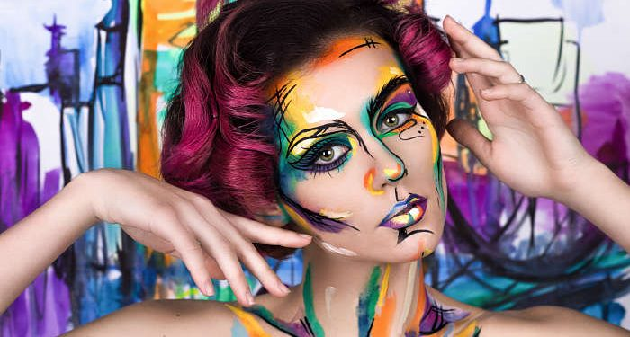 ragazza colorata con body painting