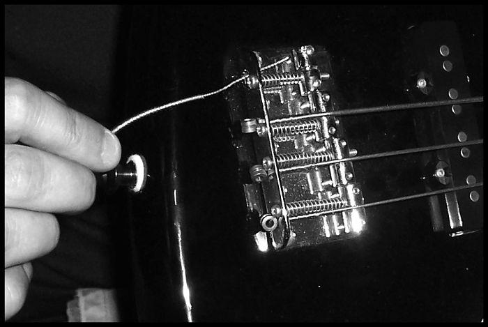 cambio di corde ad un basso elettrico