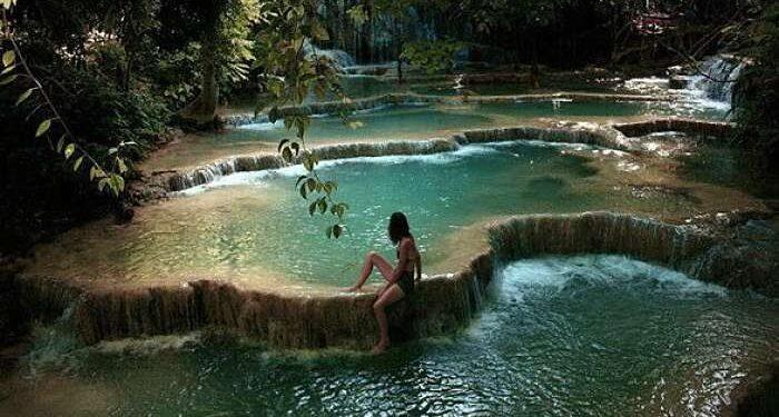 ragazza in piscina naturale