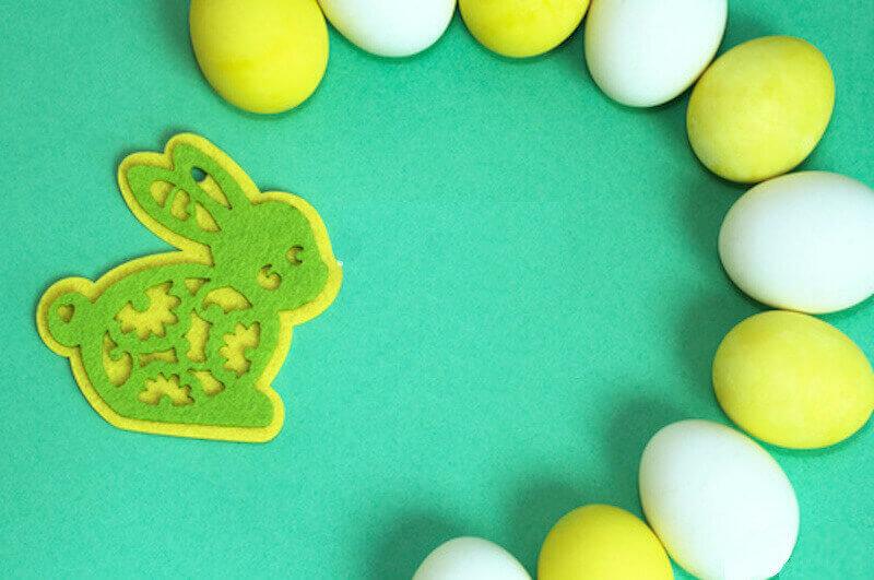 Coniglio in feltro verde e giallo uova
