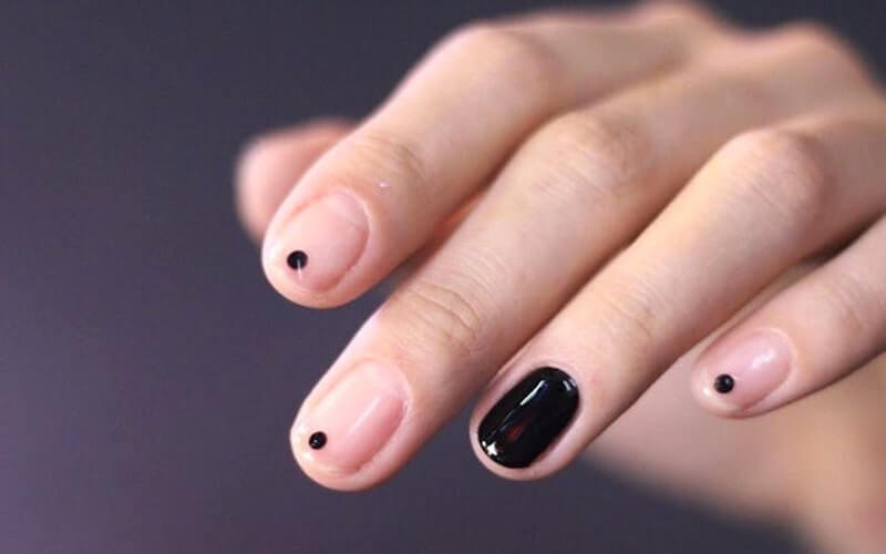 Unghie con puntino nero
