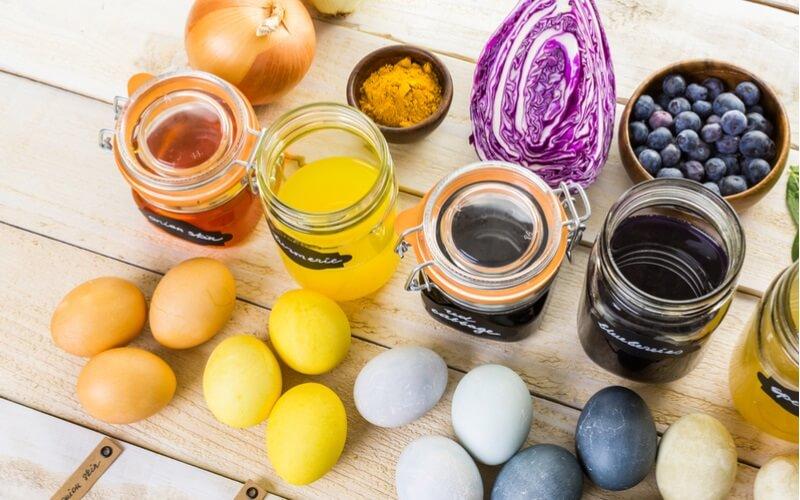 Tingere uova pasquali