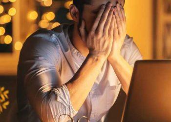 uomo in ansia davanti a monitor