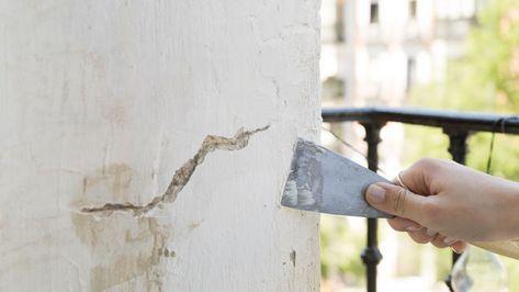 crepa nel muro e spatola balcone