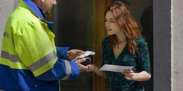 postino consegna raccomandata