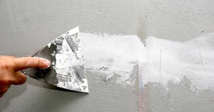 passata di stucco su parete