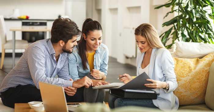 coppia dialoga con agente immobiliare