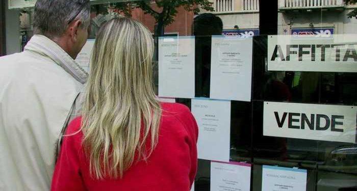 marito e moglie leggono annunci case in vendita