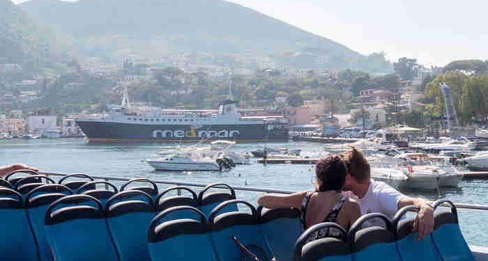 coppia in traghetto a Ischia