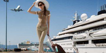 turista davanti a nave