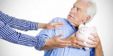 anziano a cui tentano di sottrarre porcellino