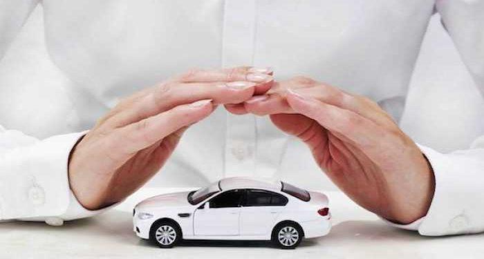 mani custodiscono auto