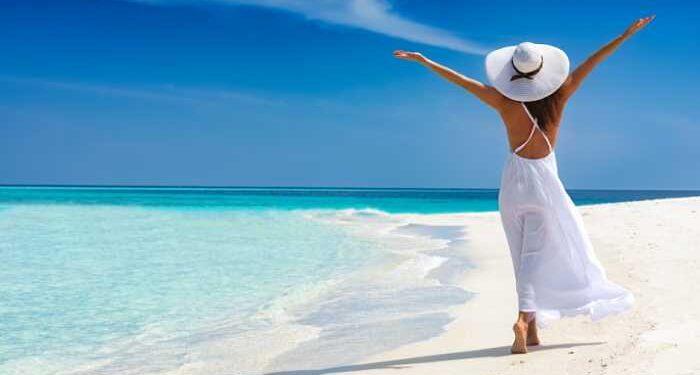 donna passeggia su spiaggia
