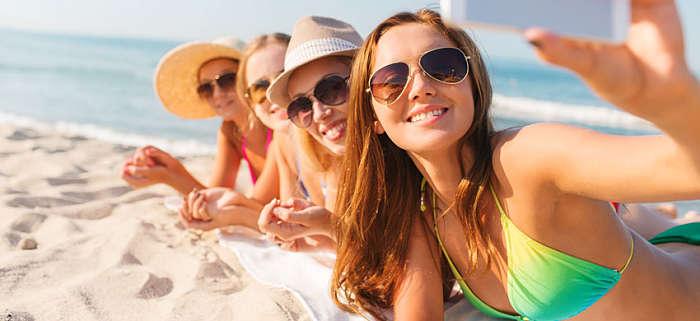 ragazze in vacanza al mare