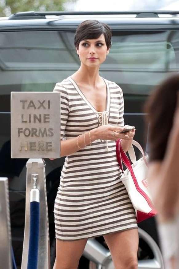 bella ragazza attende taxi